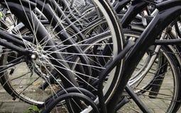Bicykle parkujący w holandiach obraz royalty free