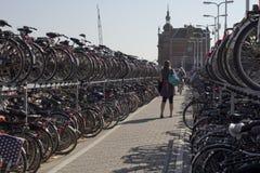 bicykle parkująca trwanie kobieta Obraz Royalty Free