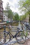Bicykle parkujący na Paulusbroedersluis moscie w Amsterdam Obrazy Stock