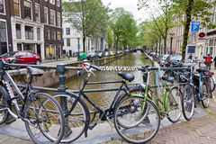 Bicykle parkujący na Paulusbroedersluis moscie w Amsterdam Obraz Stock