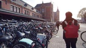 Bicykle parkuje przed Amsterdam g??wn? stacj? z turystycznym odprowadzeniem zdjęcia royalty free