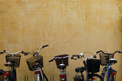 BICYKLE PRZED ścianą Obrazy Royalty Free