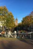 Bicykle Wodnymi ulicami Delft lub kanałami, Południowy Holandia zdjęcie royalty free