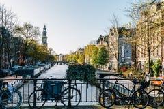 Bicykli/lów i holendera domy Na Amsterdam kanale W jesieni Obraz Stock