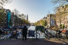 Bicykli/lów i holendera domy Na Amsterdam kanale W jesieni Fotografia Stock