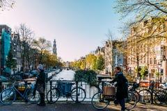 Bicykli/lów i holendera domy Na Amsterdam kanale W jesieni Zdjęcia Royalty Free