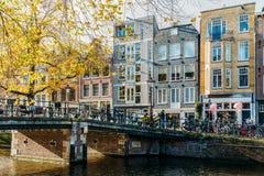 Bicykli/lów i holendera domy Na Amsterdam kanale W jesieni Obrazy Royalty Free