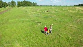 bicykli/l?w dzieci rodzinny ojca weekend Rodzina z dziecko miłością biegać z latanie wężem, zabawę w wsi zbiory