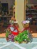 Bicyklu i kwiatu pokazu outside robi zakupy w Malaga Fotografia Royalty Free