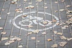 Bicyklu szyldowy rysunek na drogowej płytce fotografia royalty free