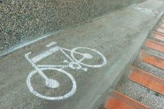 Bicyklu znak, bicyklu znak malował na drogowej powierzchni w Japonia Zdjęcie Stock