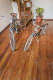 2 Bicylcles припаркованное на внутренней комнате Стоковое Изображение RF