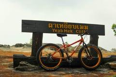 Bicyle перед signage стоковое фото rf