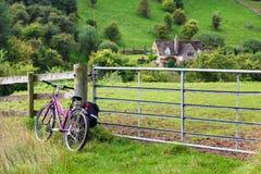 Bicyle gegen Zaun in der grünen Landschaft Stockfoto