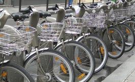 Bicyles locativi sulla via Parigi Immagine Stock Libera da Diritti