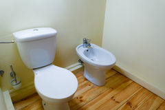 Bidê da porcelana e wc brancos do toalete imagens de stock