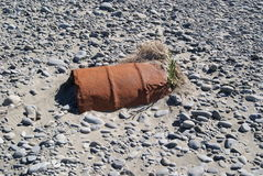 Bidón de aceite en una cama de río Fotos de archivo libres de regalías