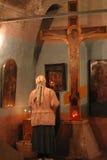 Bid god bij kruisbeeld in een scène van de kerkgodsdienst stock afbeelding