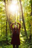 Bid moederaard De vrouw geniet alleen van aard De aard is bron van macht voor haar Natuurlijke Schoonheid Bossen in noordelijk Ru stock afbeelding