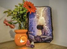 Bid - pictogram met engel, kaars, kaars, bloemen royalty-vrije stock afbeeldingen