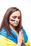 Bid van de Oekraïne De Oekraïense fan van het voetbalmeisje bidt voor spel de Oekraïne Stock Foto's