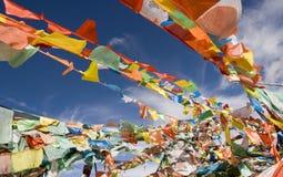 Bid vlaggen die tegen blauwe hemel weven stock afbeeldingen