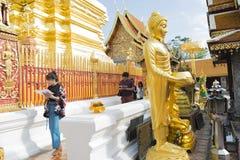 Bidden voor een godsdienstige ceremonie in Thaise tempel tijdens touri Stock Foto