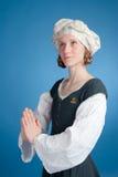 Biddend wijfje in middeleeuws kostuum Royalty-vrije Stock Foto