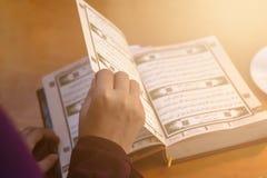 Biddende jonge moslimvrouw Meisje dat van het Middenoosten en heilige Quran bidt het leest Moslimvrouw die Quran bestuderen stock afbeelding