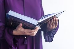 Biddende jonge moslimvrouw Meisje dat van het Middenoosten en heilige Quran bidt het leest Moslimvrouw die Quran bestuderen royalty-vrije stock foto's
