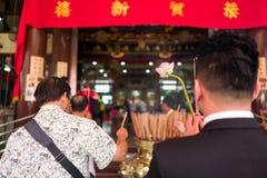 Biddende mensen in Chinese tempel royalty-vrije stock foto's