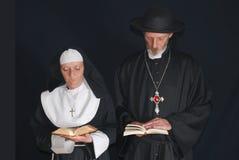 Biddende non en priester Royalty-vrije Stock Afbeelding