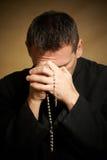Biddende priester stock afbeeldingen