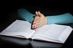 Biddende vrouw en bijbel Royalty-vrije Stock Afbeeldingen