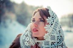 Biddende vrouw in Kanten tippet in de winter Sprookjemeisje in een de winterlandschap Kerstmis stock fotografie