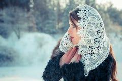 Biddende vrouw in Kanten tippet in de winter Sprookjemeisje in een de winterlandschap Kerstmis stock foto's