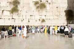 Biddende vrouwen en toeristen dichtbij de muur van Jeruzalem Stock Afbeeldingen