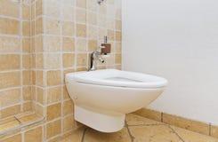 Bidet in badkamers met mediterrane tegels stock fotografie