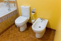 bidet e toilette ceramici bianchi in bagno moderno immagine stock