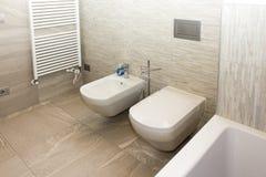Badkamers met bidet en WC stock afbeelding. Afbeelding bestaande uit ...