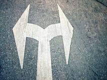Bidirezionale, segnale stradale sulla strada Immagine Stock