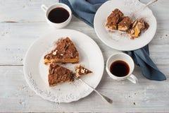 Bidisque avec la mousse de café et les tasses de café sur la table en bois blanche Photo libre de droits