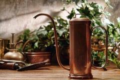 Bidon d'arrosage antique en serre chaude de jardin Image libre de droits