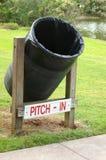 Bidon d'ordures en stationnement public Image libre de droits