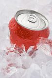 Bidon de rouge de la boisson non alcoolique pétillante réglée en glace Images stock