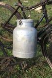 Bidone da latte di alluminio usato dagli agricoltori per portare latte fresco Fotografia Stock