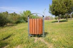 Bidone della spazzatura di legno in parco Fotografia Stock