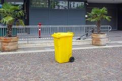 Bidone della spazzatura di plastica giallo Fotografia Stock Libera da Diritti