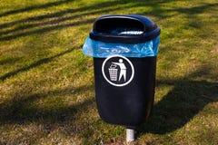 Bidone della spazzatura di plastica su erba Spreco ordinato Getti fuori Bidone della spazzatura del parco, rifiuti Fotografia Stock Libera da Diritti