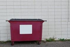 Bidone della spazzatura di riciclaggio rosso Fotografia Stock Libera da Diritti